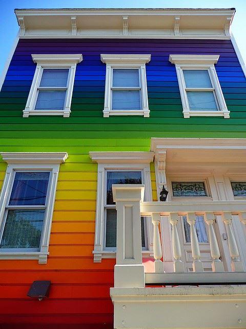 Szivárványszínű ház
