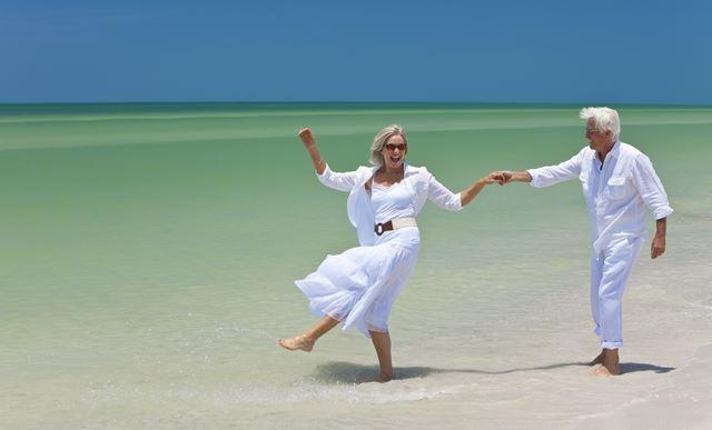 Idős pár a tengerparton
