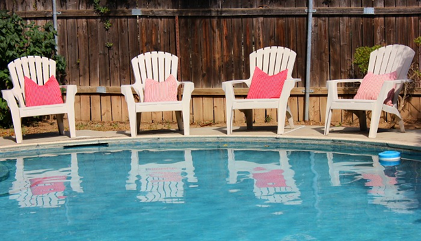 Adirondack székek a medencénél